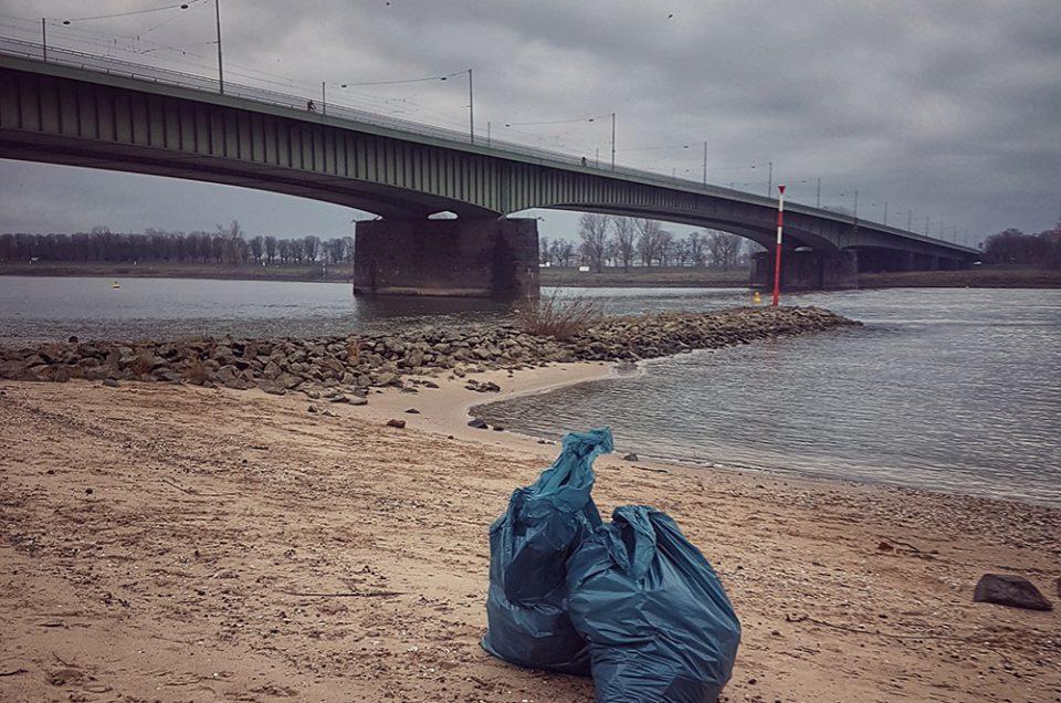 Zwei große Säcke Müll am Rheinufer