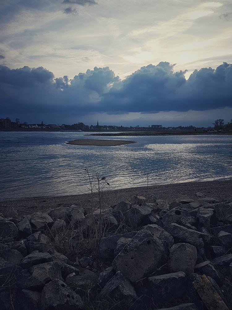 Rheinufer mit Wolken
